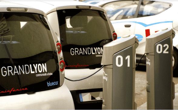 Voitures électriques pour supplanter la voiture et bénéficier d'une connexion sur le transport routier.