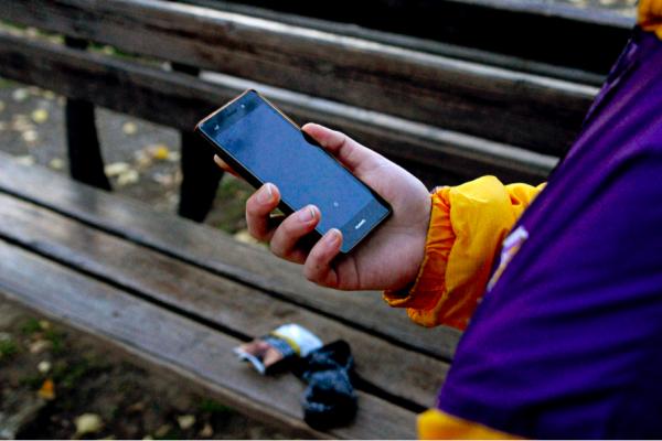 En République Tchèque, une application mobile nommée Čára compte aider les SDF et les personnes ayant développé une addiction aux drogues