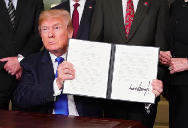 Donald Trump, le président des États-Unis, signe les nouvelles tarifications.