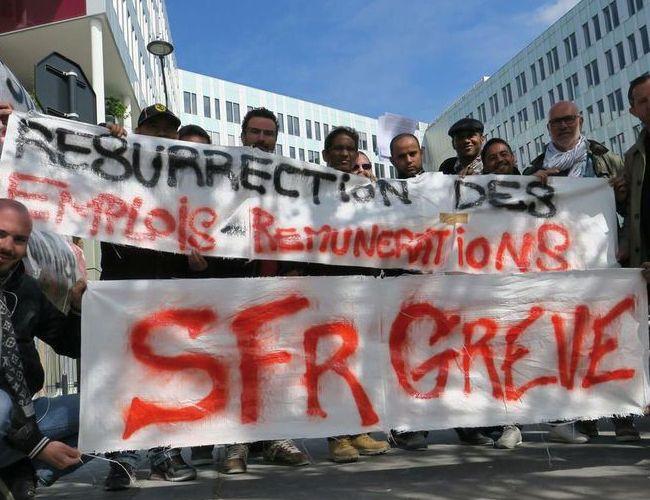 Quand les plans de départs volontaires forcent les ex-employés de SFR à manifester.